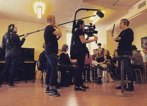 Inspelning pågår. – Att vara framför en kamera kräver en helt annat teknik än att stå på en stor scen, säger André Vingård.
