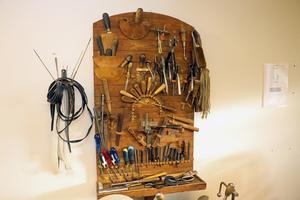 En verktygstavla ger bättre överblick än verktygslåda. Den här kommer från järnverket och innehåller såväl gamla som nya verktyg.