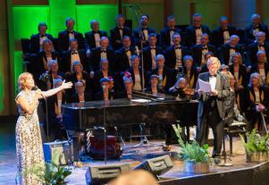 Helen Sjöholm utmanar Kjell Lönnå på den gamla duetten om Märta och Ture, som älskar varandra frn varsin sida sjön.