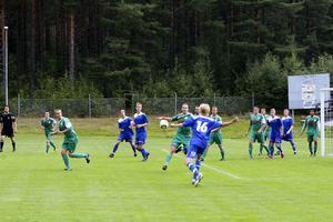 Christoffer Lindberg, Bollnäs, drar till på volley på en hörna men bollen gick över.
