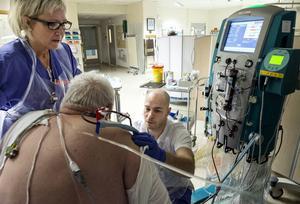 Monica Marcusson och Samuel Jakobsson hjälper en patient med njurbesvär.