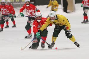 Oskar mot Oscar. Västerås Robertson tampas om bollen med Ljusdals Jonsson.