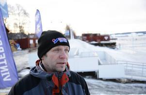 Janne Carlsson Lubell framför den forna Birgerskupturen.