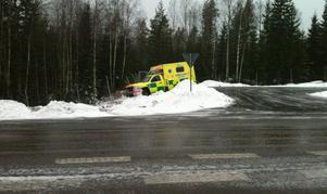 Ambulansen som kallades ut till trafikolyckan på riksväg 50 körde i diket.