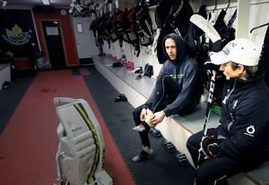Johan Berge och målvaktstränaren Alexander Millner jobbar för att hitta formen tidigt på försäsongen. Nu kommer NHL-stjärnorna i Icebreakers på besök till Östersund.