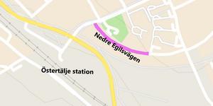 När parkeringen vid Östertälje station är full ställer pendeltågsresenärer sina bilar på Nedre Egilsvägen.