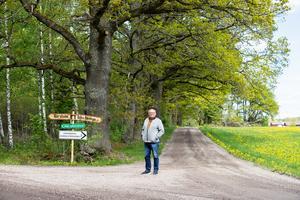Stig Blomqvist  vid infarten till festplatsen Rynninge hage i Stora Mellösa. Här kommer det att gå undan på lördag när en av sträckorna i Midnattssolsrallyt körs bara 500 meter från Stigs hem.