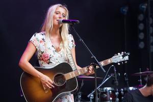 Den första maj framträder Emma Svensson vid stipendiekonserten i Järvsö kyrka. Redan dagen efter återvänder hon till Nashville, för att skriva mer musik.