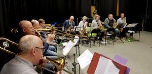 Tromboner och saxofoner.