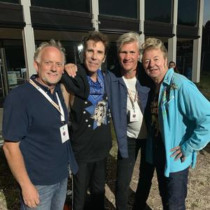 Två av arrangörerna tillsammans med två i Stray Cats. Från vänster: Niklas Hilbrands (arrangör), Slim Jim Phantom (Stray Cats), Tomas Öberg (arrangör) och Brian Setzer (Stray Cats). Foto: Privat.