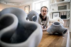 Pontus Ersbacken skapar skulpturer i sten och stål.