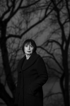 Ingrid Hedström rör sig över storpolitiska fält när hon laddar sina spänningsintriger. Foto: Magnus Liam Karlsson