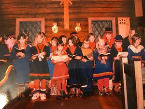 Sameskolans barn sjunger in det nya kyrkoåret i Jukkasjärvi. Bild: Privat