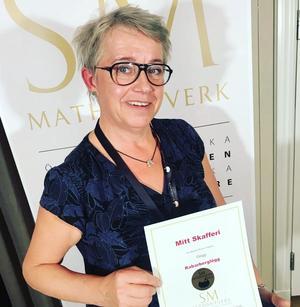 Foto: Eva Jilkén. Ulla Lahti med senaste vinsten.