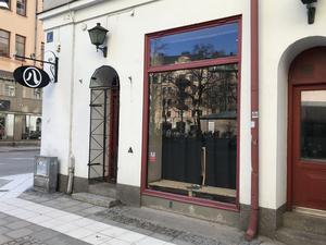 Här, i sushirestaurangen Hachis lokaler, ligger den nya vinbaren med namnet Vinkiosken.