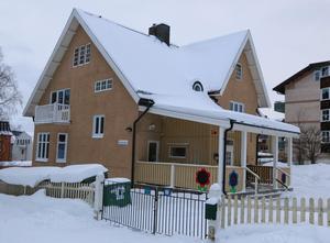 Kommunala förskolan Litsvägen ligger  bara 30 meter ifrån det privata dagiset i samma kvarter.