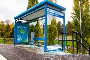Busskuren vid Lärkan på Västeråsleden har minst sagt sett bättre dagar.