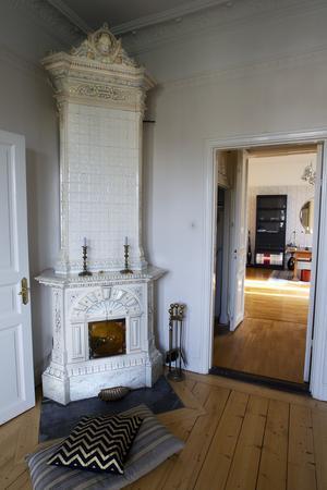 Kakelugnen i Erikas rum är en stilmix av nyrokoko och nyrenässans med snäckformade utsmyckningar.