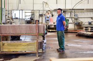 Varje platta som görs vid produktionslinjen kontrolleras noggrant för hand.