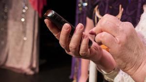 Damens telefon visar sig vara mycket speciell och kan få kontakt med släktingar som gått över till andra sidan.