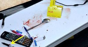 Den aktuella vardagsrumsbänken som den målsägande ska ha blivit knuffad över. Blodspår hittades på bänken. Foto: polisen