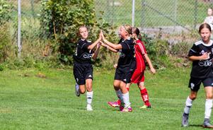 På Ringvallen spelade lite äldre tjejer sjumanna. Här firar BK30 ett mål mot Sala.