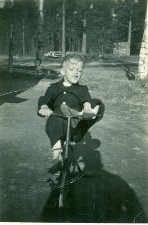 Nils Åke lycklig över sin trampcykel.    Foto: Privat