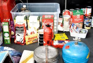 Torrvaror och konserver finns i Mickes matförråd. Men även spritkök, ljus, radio och bilbatteri.