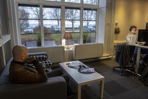 Kontoret har utsikt över Storsjö strand. Just nu är det lågsäsong för resor i Europa, men om företaget expanderar ännu mer krävs ny flytt.