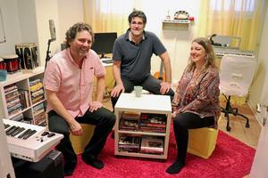 Musik som terapi. Från vänster Lasse Ulfvensjö, Tommy Bagari och Caroline Ulfvensjö.