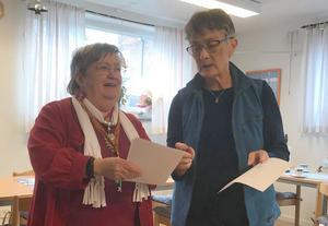 Tipsfrågorna gås igenom av Christin Nilsson och Margareta Jonsson. Foto: Elisabet Yngström
