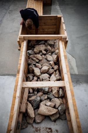 Trälådorna som är utplacerad längs med banan kostade ungefär 200 kronor per enhet att tillverka. De är fyllda med sten för att  hållas på plats. Brädorna är återanvända och användes som formvirke när pumpstationen tillverkades och blev gjuten.