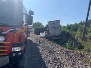 På torsdagseftermiddagen körde en lastbil av okänd anledning av vägen utanför Hedesunda.
