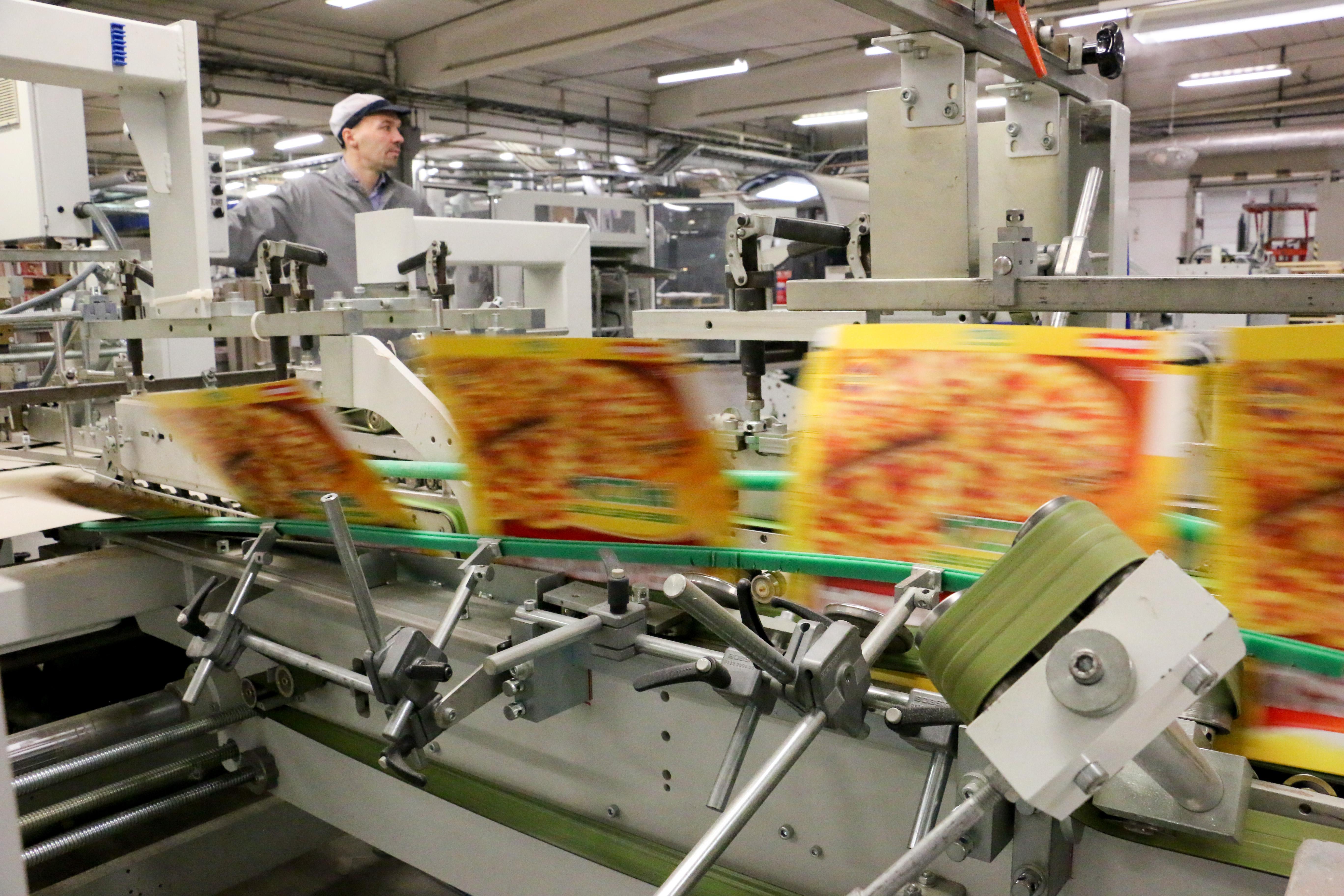 I stort sett varje dag håller konsumenter i Sverige ovetandes i förpackningar som tillverkats i Kumla. Schur Pack är ett av världens äldsta företag i förpackningsindustrin och en sjätte generation i ägarfamiljen Schur står redo att ta över ansvaret för koncernen som har en årlig omsättning på två miljarder kronor. På kartongerna återfinns logon för produkter från Findus, Fazer, Orkla, Dafgård, Annas pepparkakor, Cloetta, Delicato, NordicSugar och många fler.
