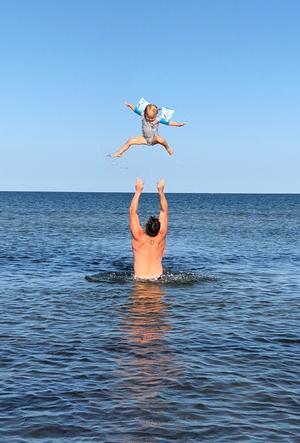 Markus och dottern Elin badar Foto: Klara Högfeldt