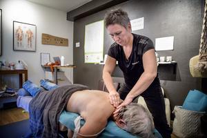 Sandra Säll är diplomerad medicinsk massageterapeut och har studerat vid Axelsons gymnastiska institut. Hon är certifierad  av  Svensk massage.