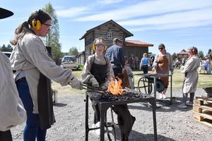 Emma Staffansson smider medan Angelina Mehler håller elden vid liv.