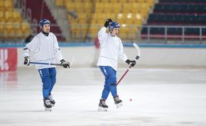 Markus Kumpuoja sätter en hörna på sista träningen innan VM-premiären