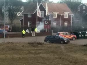 En bil brinner i Insjön. Foto: Läsarbild.