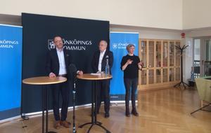 Stefan Österström, socialdirektör och Johan Fritz, stadsdirektör, under presskonferensen. Båda flaggar för att covid-19 fallen nu kan väntas öka snabbare och att kommunen förbereder sig för det