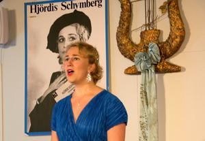 I den lilla lokalen fyllde Albertina Wikstens kraftfulla röst varje skrymsle. Hjördis Schymberg, som önskade att hennes hem skulle bli en miljö för unga sångare att utvecklas i, kan blicka ner från väggen i förvissning om att hennes önskan går i uppfyllelse.