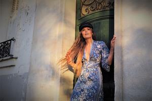 Nu släpper Cecilia Kallin en ny singel – sedan flyttar hon till Paris.