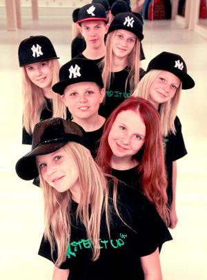 Nozomi Dance Crew består av Tyra Bergström, Tuva Ericsson, Nils Axling, Elsa Engvall, Tilde Jergard, Tove Gärdin och Rasmus Svärdström.