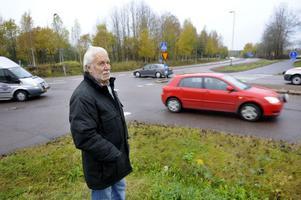 Lennart Eriksson är orolig för att en dödsolycka kan inträffa om inget görs i utfarten från Norra järnvägsgatan till Hanröleden.