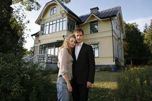 Paula (Frida Westerdahl) och Fredrik (Jonas Karsslon) framför sitt drömhus. Foto: Johan Paulin