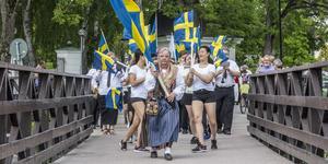 Fagersta stadsmusikkår med flaggdrill tågade från Västanfors kyrka till hembygdsgården på nationaldagen.
