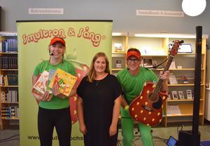 Duon Smultron & Sång tillsammans med barnbibliotekarien Martina Eriksson.