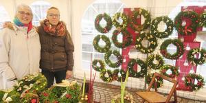 På lördagen var det julmarknad i Laxå, och i morgon skulle kommunen ha tagit ner tälten. Men vinden ville annorlunda.