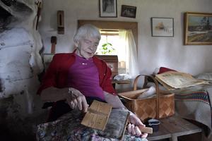 Brynos Elsa  Eriksson, 91 år kardar i samband med Brindbergs fäboddag.