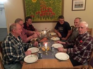 Bengt Ove Nylén, Göran Andersson, Leif Ståhlberg, Sten-Olof Weslund, Herje Wickman och Yngve Hedström lagade ungsstekt falukorv, tomatsås och hemgjord potatismos till middag.